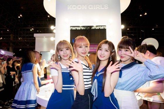 한일 합작 걸그룹으로 인기를 끌고 있는 '아이즈원'이 케이콘 스핀오프 브랜드 'KCON GIRLS' 부스를 방문했다. /사진=CJ ENM