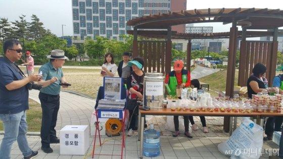 공연과 함께 많은 협찬품과 음식 나눔으로 시민 관객들이 소박한 축제를 즐겼다/사진=M터치