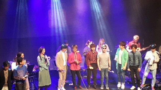 서울 학전블루에서 8주 동안 펼쳐진 'AGAIN 학전'의 5월19일 마지막 공연 모습. 김광석 다시부르기 팀과 가수들이 노래를 하고 있다.
