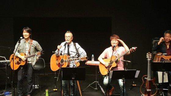 '어게인 학전' 콘서트 중 한동준과 동물원의 5월18일 공연 모습