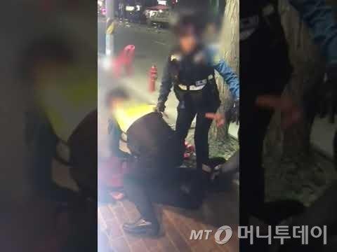 지난 13일 서울 구로동 모 술집에 출동한 경찰이 난동을 부리는 취객을 제압하고 있다. '대림동 경찰폭행' 영상으로 알려진 이 영상 속 여성 경찰관이 소극적으로 대응했다는 논란이 일며 여경 무용론 등이 점화됐다. /영상제공=서울 구로경찰서