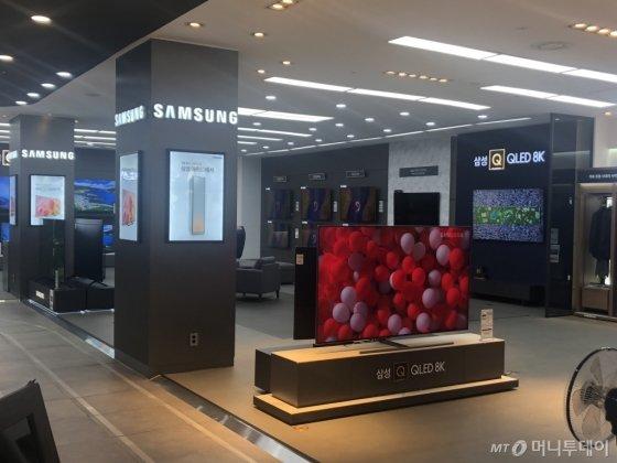 15일 오후 용산 전자랜드에 마련된 삼성 브랜드관에 삼성전자 QLED 8K TV 등이 진열돼 있다. /사진=박소연 기자