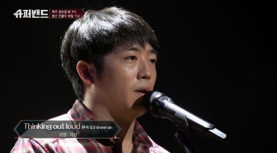 JTBC '슈퍼밴드'에서 노래하고 있는 지상의 모습./사진제공=JTBC 캡처