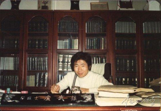 1979년 변호사 노무현이 사무실에서 카메라를 향해 미소짓고 있다./사진=사람사는세상 노무현재단