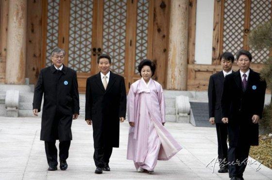 2008년 2월 노 전 대통령이 임기를 마치고 비서진들의 환송을 받으며 청와대를 떠나고 있다. 사진 맨 왼쪽은 문재인 대통령(당시 비서실장)/사진=사람사는세상 노무현재단