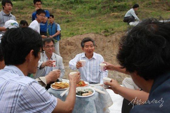 2008년 6월14일 봉하마을 오리 입식 행사를 마친 자원봉사자들과 건배하는 노 전 대통령/사진=사람사는세상 노무현재단
