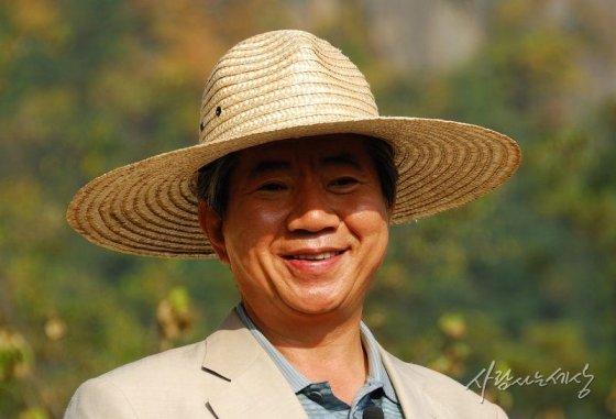 2008년 10월 경남 김해시 봉하마을을 찾아 사저 앞 만남의 광장에 모인 수많은 방문객들을 바라보며 미소짓고 있다/사진=사람사는세상 노무현재단