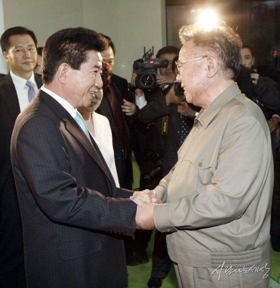 2007년 2박3일간의 남북정상회담을 마치고 떠나는 노 전 대통령을 김정일 전 북한 국방위원장이 배웅하고 있다./사진=사람사는세상 노무현재단