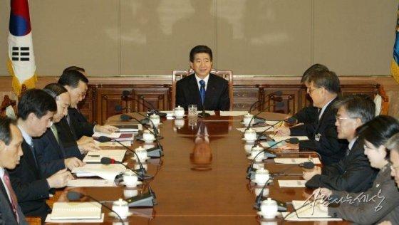 노 전 대통령이 2004년도 첫 수보회의를 주재하고 있다./사진=사람사는세상 노무현재단