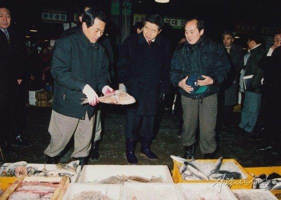 2001년 1월17일 새벽 노무현 당시 해양수산부 장관이 노량진 수산시장을 둘러보고 있다./사진=사람사는세상 노무현재단