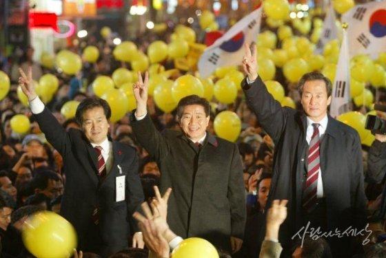 2002년 12월18일 명동 유세. 왼쪽은 정동영 민주당 의원, 오른쪽은 정몽준 국민통합21 대표/사진=사람사는세상 노무현재단