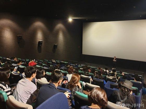 22일 저녁 서울 종로구 CGV대학로에서 열린 영화 '시민 노무현' 시사회에서 백재호 감독이 관객들과 이야기를 나누고 있다. /사진=이영민 기자