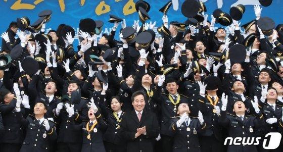 지난 3월12일 오후 충남 아산시 경찰대학교에서 열린 '2019년 경찰대학생·간부후보생 합동임용식'에서 초급 경찰간부들이 모자를 던지며 기뻐하고 있다. 2019.3.12/뉴스1