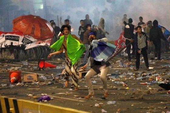 인도네시아 시위대가 경찰을 향해 돌멩이를 던지고 있다. /사진=로이터