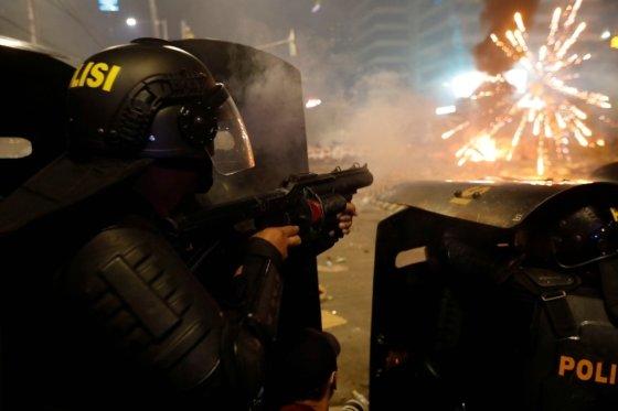 인도네시아 경찰이 시위대를 향해 최루탄을 발사하고 있다. /사진=로이터