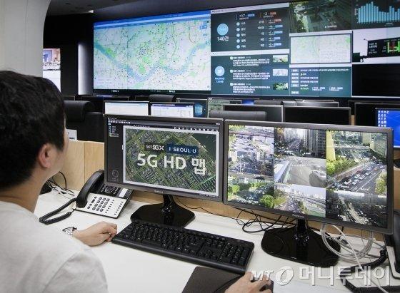 서울교통정보센터(TOPIS) 상황실에서 SK텔레콤 직원이 5G 기반 HD맵의 실시간 업데이트 상황을 점검하고 있다./사진제공=SK텔레콤