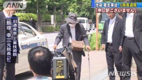 교통사고로 12명의 사상자를 낸 일본의 87세 고령 운전자가 지난 18일 경찰 조사를 받기 위해 도쿄에 위치한 경찰서로 향하고 있다.(NHK 영상) /사진=뉴시스