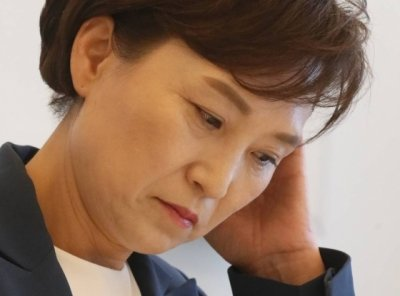 김현미 국토교통부 장관이 23일 오전 세종시 한 음식점에서 출입기자단과 간담회 도중 질문을 들으며 머리를 만지고 있다. /사진제공=뉴시스