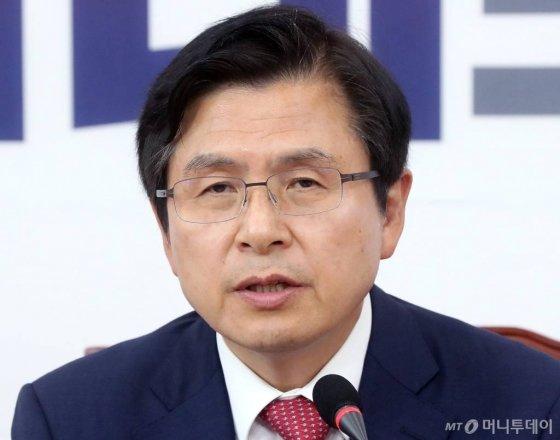 황교안 자유한국당 대표가 16일 오후 서울 여의도 국회에서 열린 최고위원회의에서 발언하고 있다./사진=홍봉진 기자 honggga@