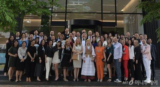 케어젠은 23일~24일 양일간 '글로벌 파트너스 데이' 행사를 열고, 바이어들과 기념사진을 촬영하고 있다. /사진=케어젠