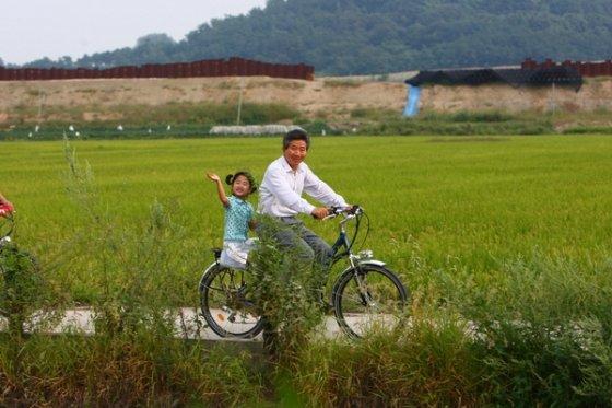 노무현 전 대통령이 퇴임 후 봉하마을에서 손녀 노서은양을 태우고 자전거를 타는 모습/사진=노무현재단 제공