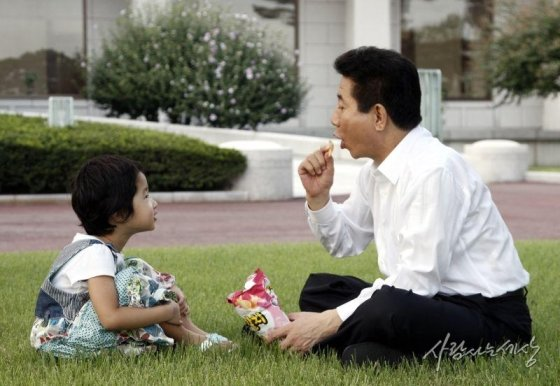 청와대에서 노 전 대통령과 노서은양이 과자를 먹으며 장난치고 있다./사진=사람사는세상 노무현재단