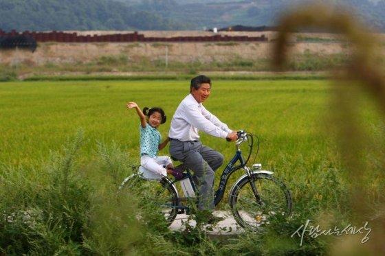 봉하마을에서 자전거를 타고 있는 노 전 대통령과 노서은양./사진=사람사는세상 노무현재단