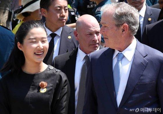 23일 노 전 대통령 10주기 추도식에서 노서은양이 조지 부시 전 미국 대통령과 함께 서 있다./사진=김휘선 기자