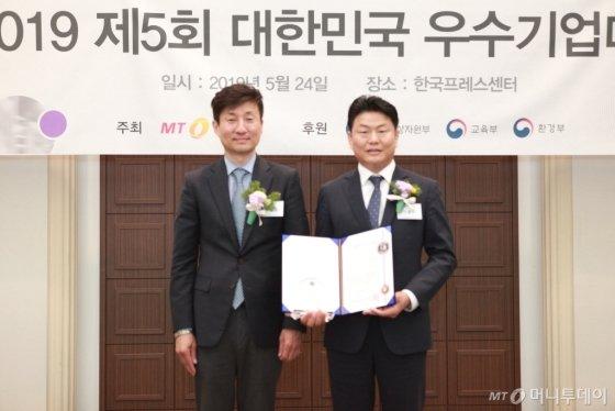 전용수 운트바이오 대표(사진 오른쪽)가 '바이오대상'을 받고 두일철 동국대학교 교수와 기념 촬영을 하고 있다/사진=중기협력팀 오지훈 기자<br>