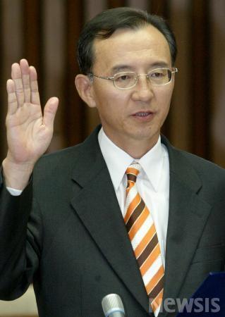 2006년 6월 26일 오후 국회에서 열린 대법관 임명동의에 관한 인사청문특별위원회에서 박일환 대법관 후보가 선서를 하고 있다./사진=뉴시스