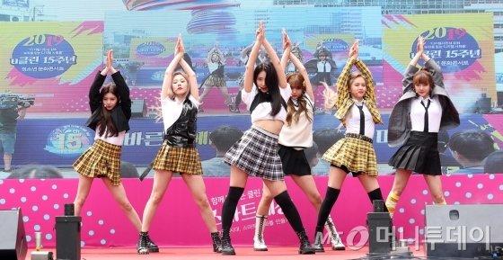 걸그룹 에버글로우가 25일 오후 서울 중구 청계광장에서 열린 너와 내가 함께 만드는 스마트 세상 '2019 u클린 청소년 문화마당 콘서트'에서 멋진 무대를 선보이고 있다. / 사진=김휘선 기자 hwijpg@