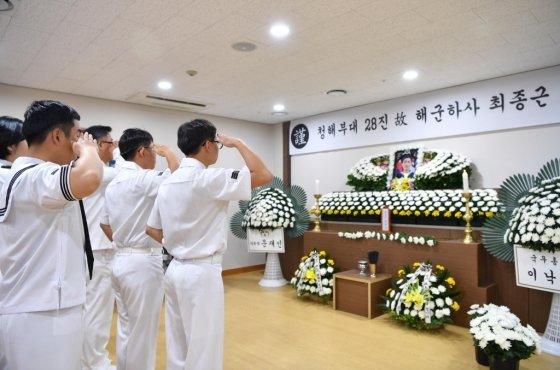 해군 장병들이 최 하사에게 경례하고 있다. /사진=해군 제공