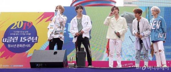 그룹 NCT DREAM이 25일 오후 서울 중구 청계광장에서 열린 너와 내가 함께 만드는 스마트 세상 '2019 u클린 청소년 문화마당' 콘서트에서 멋진 무대를 선보이고 있다. / 사진=김휘선 기자 hwijpg@