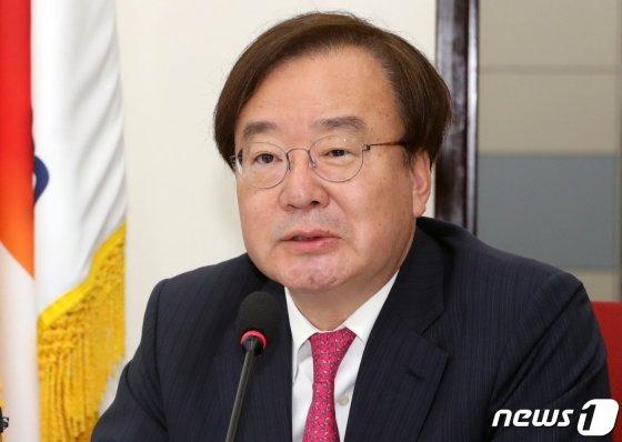 """(서울=뉴스1) 이종덕 기자 = 강효상 자유한국당 의원이 23일 서울 여의도 국회에서 열린 청와대 특감반 진상조사단 회의에서 발언하고 있다.  강효상 의원은 &#034;트럼프 방한은 국민적 관심사&#034;고, 자신의 행위는 &#034;야당의원 의정활동의 주요 사안&#034;이라며, &#034;외교관 한미정상 통화내용 유출을 배후조종한 강효상 의원을 엄중처벌해야""""한다는 더불어 민주당에 대응했다. 2019.5.23/뉴스1  <저작권자 &copy; 뉴스1코리아, 무단전재 및 재배포 금지>"""