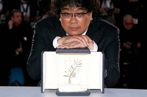 봉준호 감독이 26일(현지시간) 칸 영화제 황금종려상을 수상한 후 카메라 앞에서 포즈를 취하고 있다. /사진=로이터.