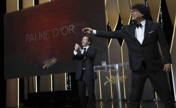 【칸=AP/뉴시스】봉준호(오른쪽) 감독이 25일(현지시간) 프랑스 칸에서 열린 제72회 칸 국제영화제시상식에서 영화 '기생충'으로 '황금종려상'을 받고 있다.