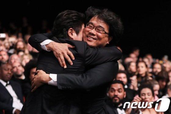 (AFP=뉴스1) 포토공용 기자 = 봉준호 감독이 25일(현지시각) 프랑스 칸 뤼미에르 극장에서 열린 제72회 칸국제영화제(칸영화제) 폐막식에서 최고상인 황금종려상을 수상한 후 배우 송강호와 포옹을 하고 있다.