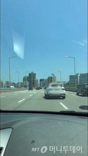 서울 마포대교서 깜빡이도 안 켜고 차선을 급하게 변경하는 한 차량./사진=남형도 기자 아내