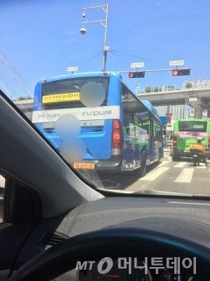 횡단보도를 아예 점유하고 서버린 한 시내버스. 이렇듯 자연스레 신호를 어기고, 속도를 안 지키고, 그런 광경이 너무 흔했다./사진=남형도 기자