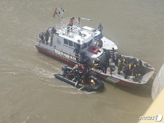 유람선 침몰사고가 발생한 헝가리 부다페스트 다뉴브강에서 헝가리 경찰이 잠수부를 투입해 수색작업을 벌이고 있다. 2019.5.31/뉴스1 © 뉴스1 민선희 기자