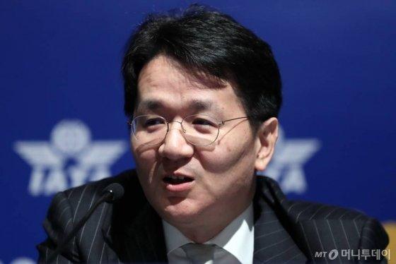 조원태 한진그룹 회장이 3일 오후 서울 강남구 코엑스에서 열린 '국제항공운송협회(IATA)' 대한항공 기자간담회에서 질문에 답하고 있다. / 사진=이기범 기자 leekb@