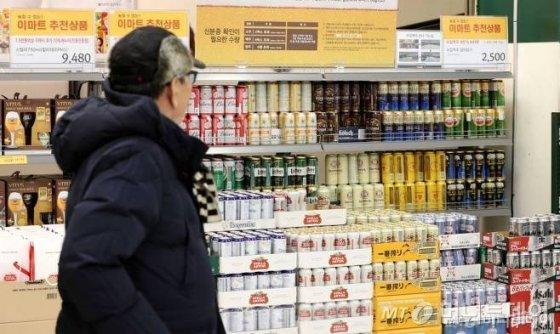 서울 용산구 이마트 용산점 수입맥주 행사장 판매대에 다양한 맥주들이 진열되어 있다/사진=뉴시스