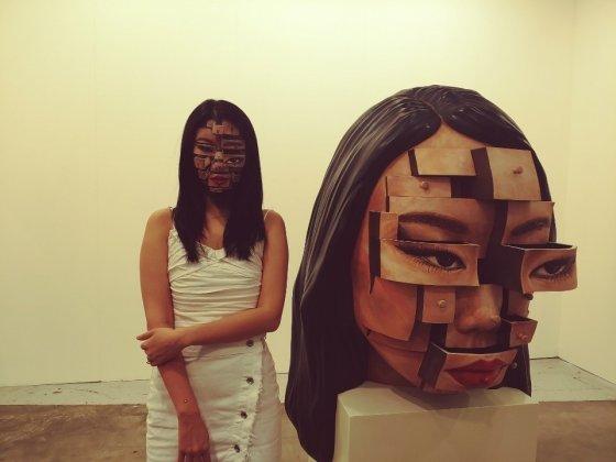 윤다인 작가가 '아트부산'에서 처음으로 제작한 조형물을 전시했다. 빈 공간의 서랍을 입체적으로 조각해 얼굴과 매치한 일루전(착시) 작품이다. /부산=김고금평 기자<br>