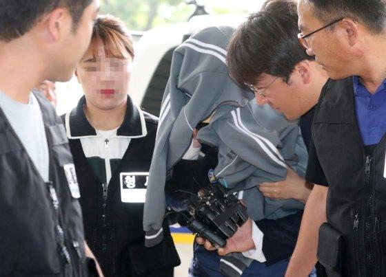 4일 오전 전 남편을 살해하고 시신을 유기한 혐의를 받는 고모씨(36)가 구속 전 피의자 심문(영장실질심사)을 받기 위해 제주지방법원에 출석하고 있다./사진=뉴스1