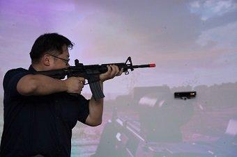 류준영 기자가 한국전자통신연구원(ETRI) 초연결통신연구소에 설치된 '초실감 가상훈련시스템' 훈련돔에서 가상의 전술 훈련 시뮬레이션을 체험한 후 포즈를 취하고 있다/사진=ETRI