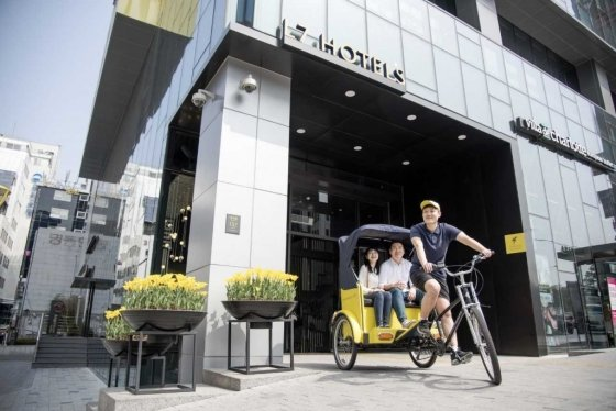 롯데호텔이 운영하는 L7명동은 한복체험권, 인력거 이용권 등이 포함된'옐로우 데이' 패키지를 선보였다. /사진=롯데호텔