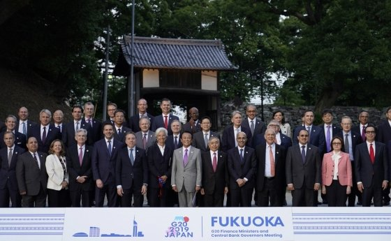 9일 일본 후쿠오카에서 열린 주요 20개국(G20) 재무장관·중앙은행총재 회의에 참석자들이 사진을 촬영하고 있다/사진=AFP.