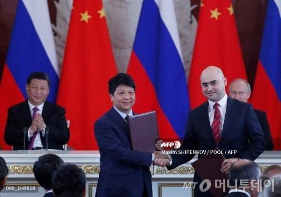 지난 5일(현지시간) 러시아 최대 이동통신회사인 모바일텔레시스템스(MTS)과 중국 화웨이의 5G 이동통신 개발 협약 체결식에 참석한 시진핑 중국 국가 주석과 블라디미르 푸틴 러시아 대통령이 박수를 치고 있다/사진= AFPBBNews