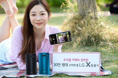 트리플캠·대화면…삼성·LG 중저가폰 '격돌'