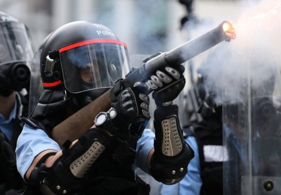 지난 12일 시위 현장에서 홍콩 경찰이 시민들에게 최루탄을 발포하고 있다. /사진=로이터